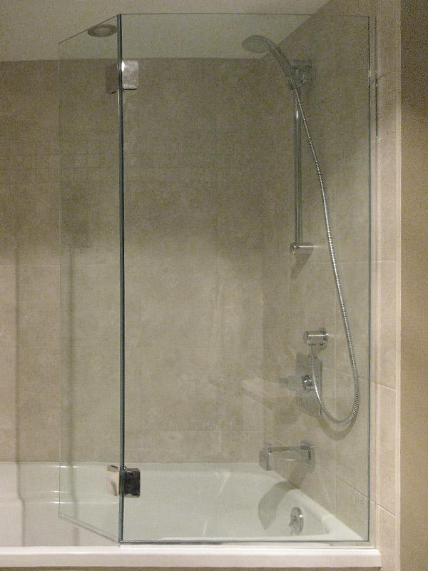 Bain de douche des id es novatrices sur la conception et for Baignoire balneo 160x80